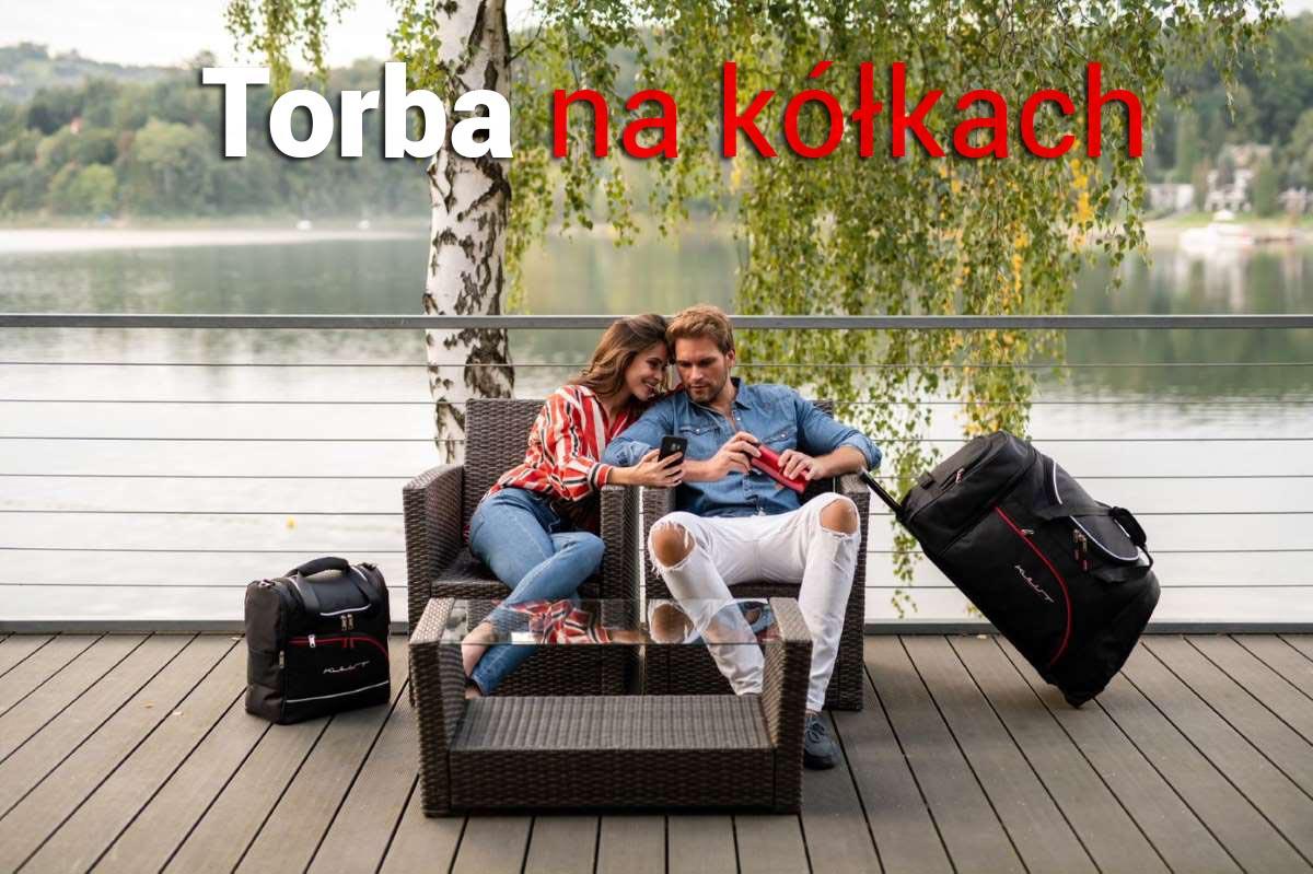 Kjust podróżne torby samochodowe na kółkach</strong> są asymetryczne, dlatego dokładnie przylegają do oparcia tylnej kanapy, co znacznie zwiększa powierzchnię pakowania i bezpieczeństwo podróży. Torby podróżne łatwiej się ładuje do bagażnika i również łatwiej się je z niego wyciąga, co już od samego początku przyczynia się do komfortowej podróży.